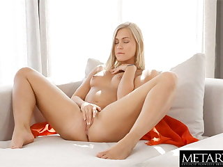 Sexy blonde with perfect setting up fingered to orgasm doggie hauteur